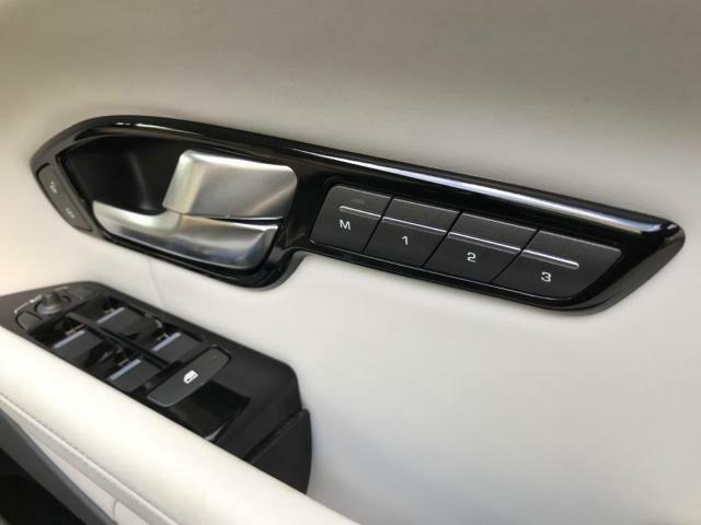 メモリー付きパワーシート装備!微調整も行えるので、細かくシートポジションの調整が可能です。3名様までのメモリー設定も可能なので、ドライバーの交代も楽々行えます♪