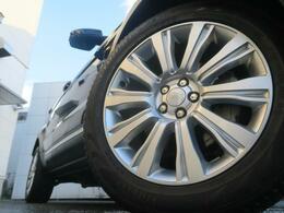 19インチ10スプリットスポークホイール装備!力強さと重厚感を感じさせる太めのスポーク、車体全体のバランスを考慮した洗練されたデザイン性でイヴォークの魅力を際立たせます!
