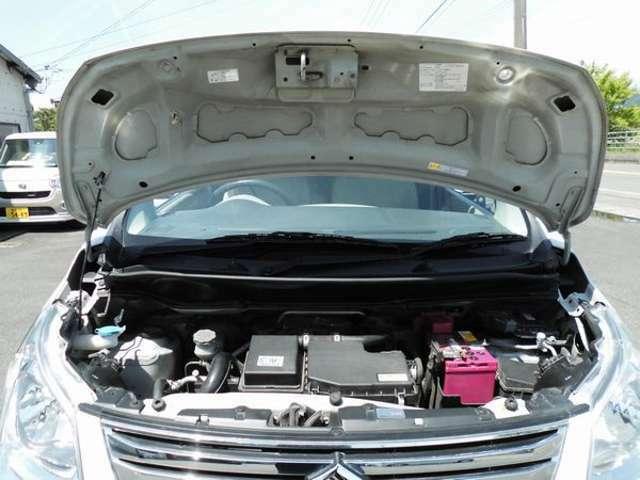 綺麗なエンジンルームです 新品バッテリーをサービス中です