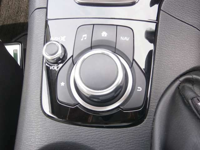 ドライバーは前を向いたままで操作が可能な「コマンダーコントロール」前方から目をそらすことなく操作ができる。安全運転にも大事なことです。