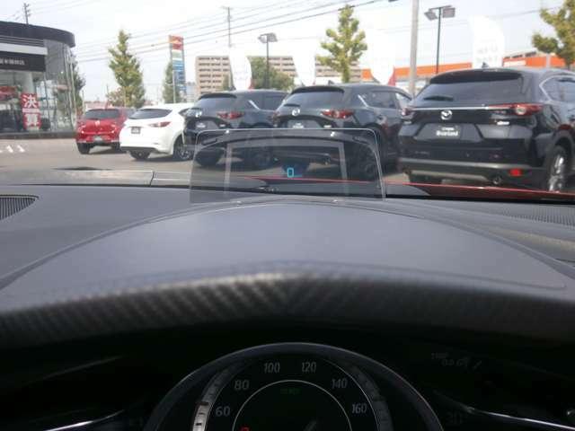 速度や交通標識等がフロントガラスに投影されるディスプレイシステム。