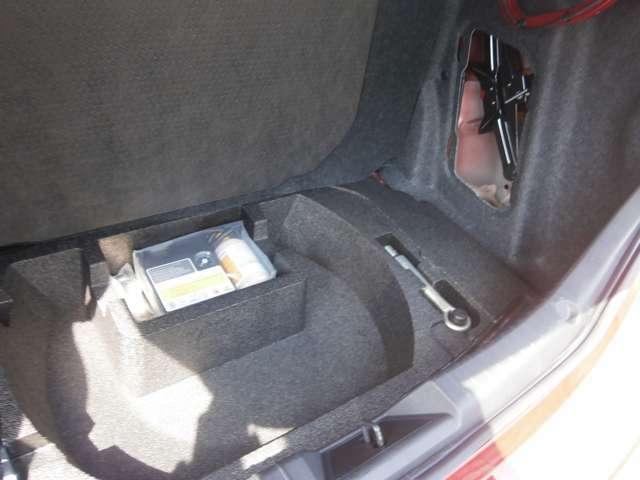 緊急時のジャッキやパンク修理材、電動エアポンプなどがトランク下に有ります。