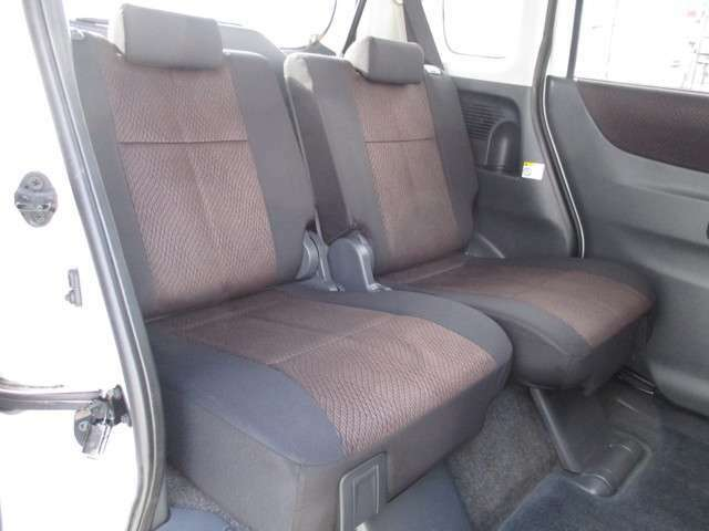 リヤシートは165mmのロングスライド!大人もゆったり足を組んで座れます。ポリタンクや大き目の荷物も足元に置くことが出来ます!(^^)!
