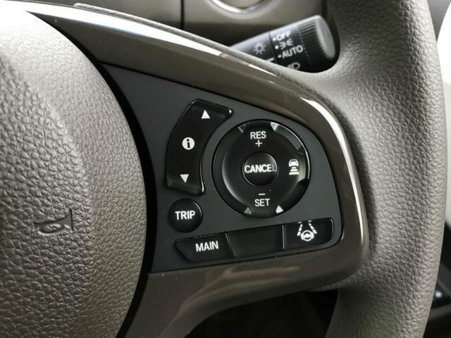 【アダプティブクルーズコントロール】速度を設定すると、それを保ったまま走ってくれる機能です。しかもレーダーで前の車との距離を測り、ぶつからないように速度を調整してくれます!