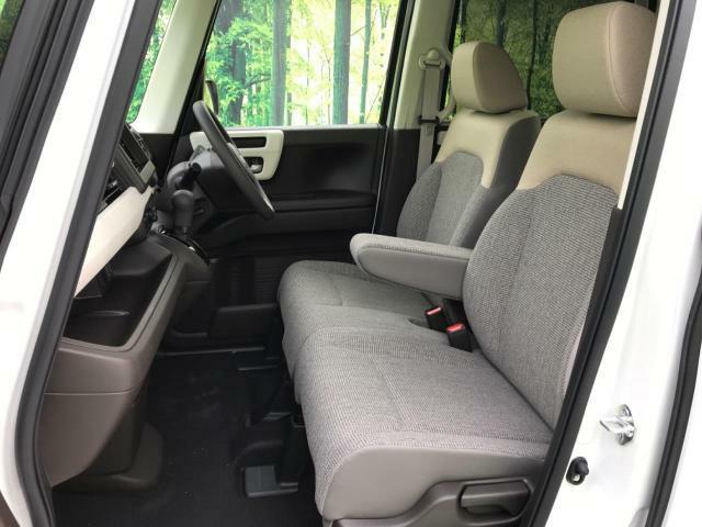 【ベンチシート】軽自動車でも車幅の狭さを感じにくいシート形状をしております。助手席への移動も簡単にできます。