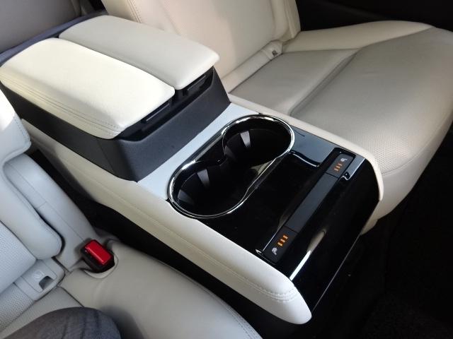 セカンドシート専用のセンターコンソール付きです!ドリンクホルダーやシートヒーターのスイッチが操作可能です