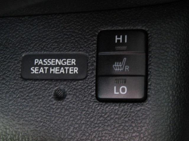 フロントシートは冬でも暖かいシートヒーター付きです♪身体を直接温めることができ、寒い朝でも快適に運転出来ますよ!