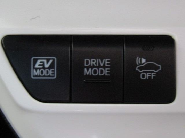 EVモード付きです。スイッチを押すだけで、モーターのみの静かな走行が可能になります。エンジン音が気になる早朝や深夜、排出ガスを抑えたいガレージへの出し入れ時などに便利ですね!