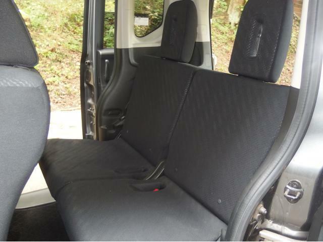 後部座席のシートにも汚れやヘタレなどなくキレイです!ヘッドレストが大きくしっかり頭を支えてくれます!