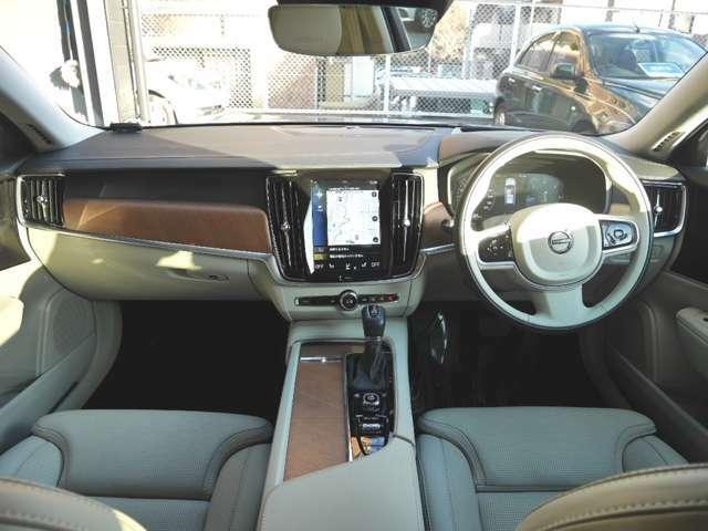 スマートキーですので、車内へのアクセスは簡単です。キーをカバンやポケットに入れた状態で、ドアの開閉・エンジン始動ができます。