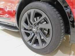 メーカーオプションの21インチ5スプリットスポーク【スタイル5025・サテンダークグレー】を装着しています。 タイヤサイズは275/45R21です。