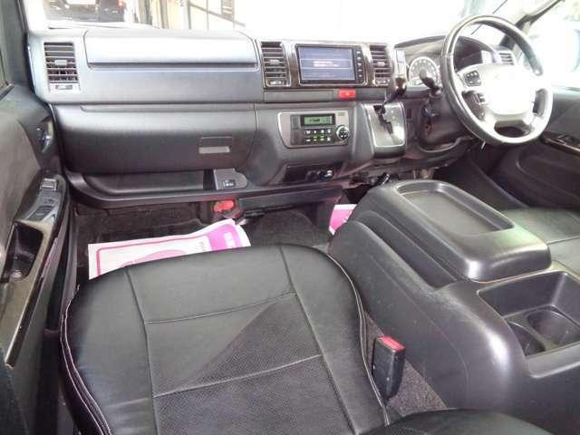 黒革調シートカバー・黒木目インテリア装備の豪華な室内!嫌な臭いも御座いません!スーパーGLは基本装備もシートも良く長距離の運転も疲れませんよ!車両状態良く自家用兼用にもおすすめ!