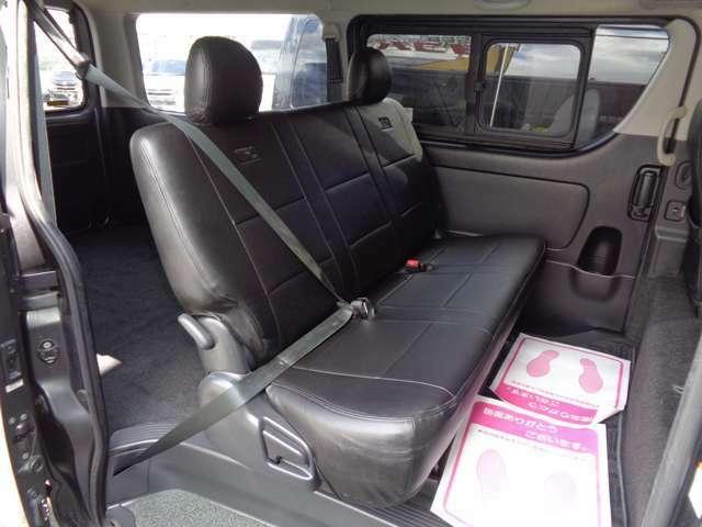 後席も装備充実!Wエアコン・イージークローズ・専用リクライニングシート・スライド窓!プライバシーガラスでエアコン効率にも効果的!リアシートベルト標準装備で同乗者も安心!後席モニター取付も格安にて!