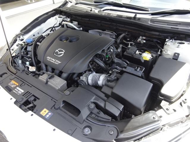 走る歓びのために、進化を続ける高効率直噴ガソリンエンジンの【スカイアクティブ-G】を搭載。高圧縮比13.0によって軽快なパフォーマンスと優れた燃費性能を発揮するマツダ新技術が惜しみなく装備されています。
