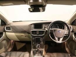内外装、希少色V40 D4 SEが入庫しました。「ミスティスブルー」鮮やかな青色をし、シートは「マルーン」上品な内装空間を演出!!装備では、オプションのフロントセンサーで安心に運転できます!!