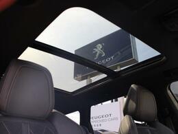 プジョー独特の大型ガラスルーフは、前半分がオープンタイプで四季を問わず爽快なドライビングをもたらします。