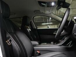 エレガントでシンプルな美しさが息づくインテリア。車全体に広がるラグジュアリーとイノベーションの感覚を感じ取っていただけます。定評あるスポーツコマンドドライビングポジションの高い着座位置で視界も良好。