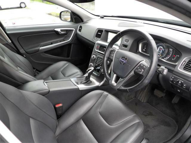 電動パワーシートでございます。シートメモリー機能付きなので2名様分のシートポジションを設定できます。フロントシートはシートヒーターがついています。