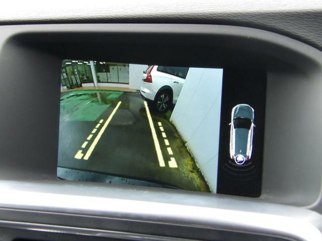 駐車枠や周囲の車両との位置関係が一目瞭然で駐車をサポートしてくれるだけでなく、車両直近の死角を減らして安全性を高める装備。ステアリング切り角に連動した進路予測線も表示されます。