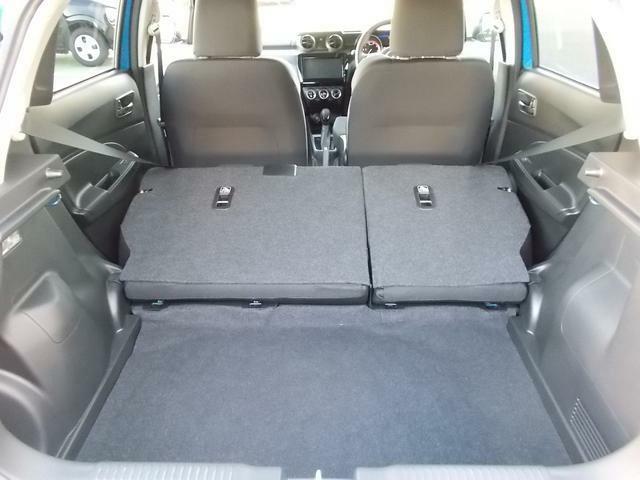 後席を両席倒すと大きな荷物も積めちゃいます☆