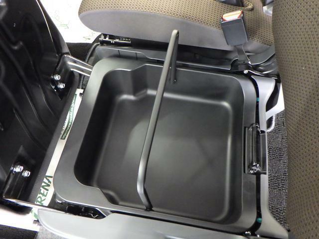 助手席下に取り外し可能な収納があります。水洗いができ、衛生的です。
