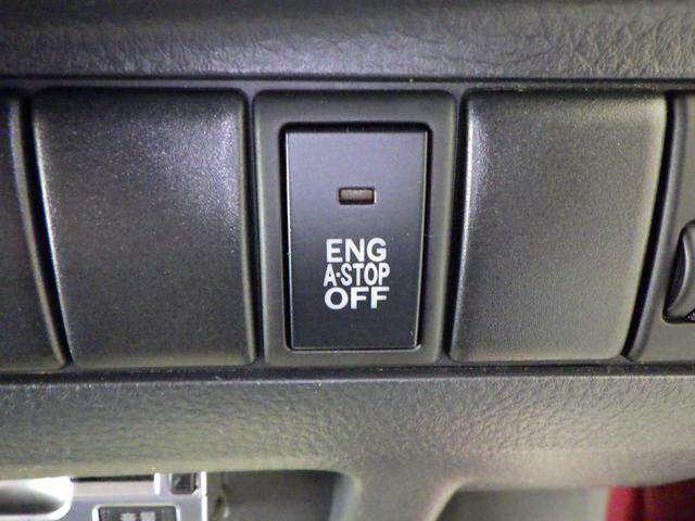 ブレーキを踏んで停車中、エンジンを自動停止。無駄なガソリン消費を抑える アイドリングストップ車です。