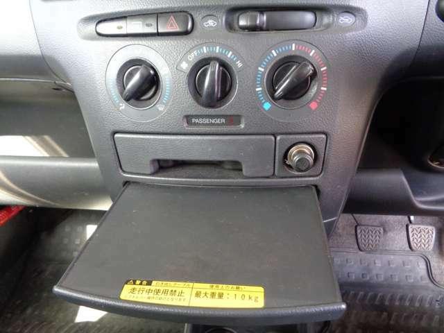 全車エアコン点検も欠かしません。引き出し式のテーブルも装備します。