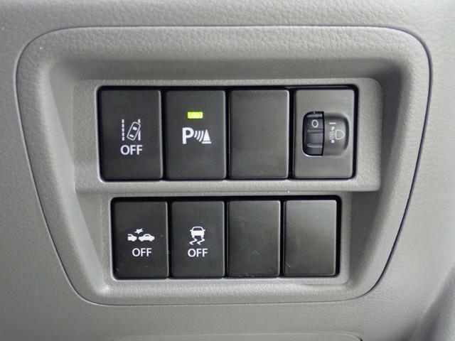 【車線逸脱警報機能】ブザー音とメーター表示で車線からのはみ出しを警報します。元の車線に戻す機能ではないため、警報後はご自身でステアリングを操作して下さい。