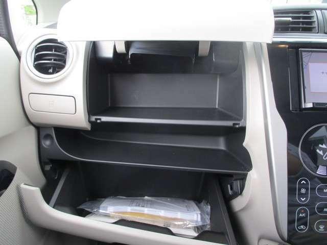 車検証ケースを入れるスペースがグローブボックスの上にありますので、グローブボックスを有効に使えます。