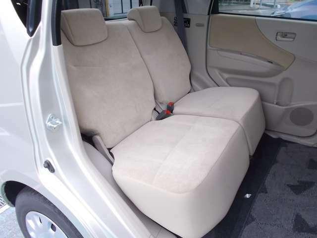後席の足元も足が組めるほどの広さがあり長距離のドアライブも快適です。