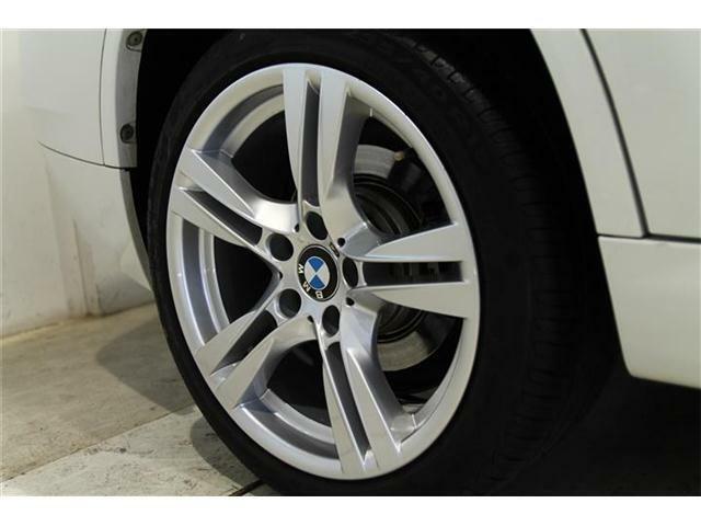 純正18インチアルミホイールが装着されています。タイヤサイズはフロント225/45R18、リアが255/40R18が装着されています。