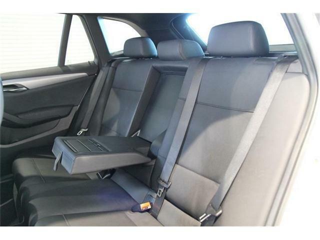 後席のスペースは足元もしっかりと確保されており大人でも楽に乗ることが出来ます。