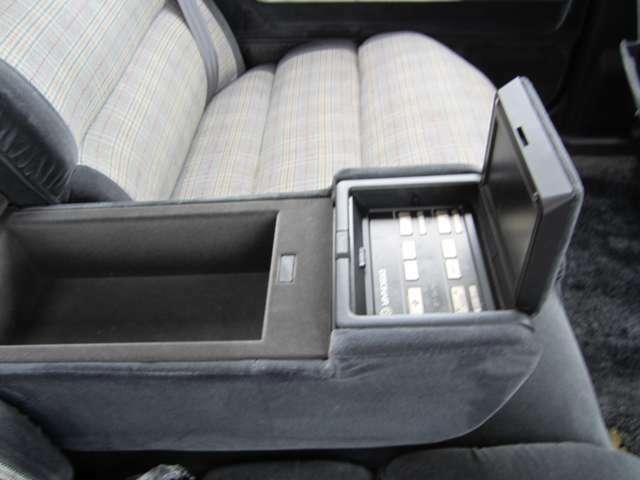 リヤシートのアームレスト部分にはパワーシート・エアコン等の操作ができます