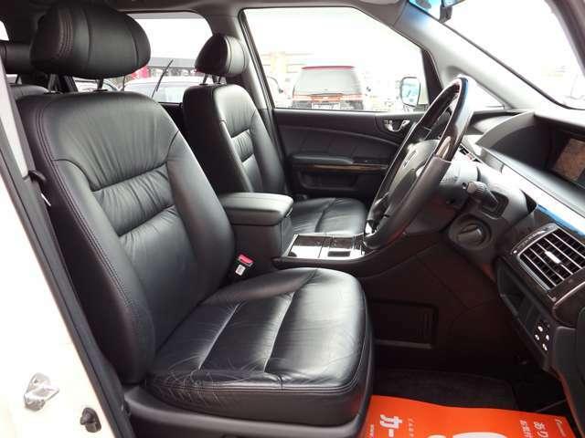 運転席シート☆希少な黒革シートを装備☆とても豪華な室内です☆パワーシート☆