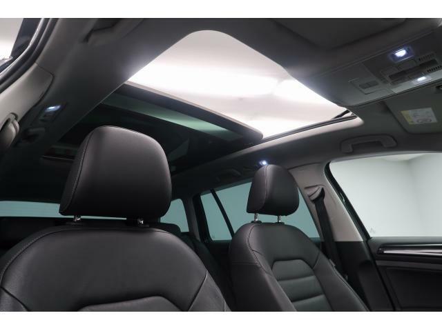 ●前席から後席まで続く大きな開口部が、室内に心地よい光と風、そして開放感をもたらします。強い陽射しを軽減するサンシェードと、乗員を紫外線からUVカット機能付きガラスを備えています。