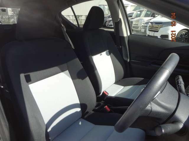 運転席は座面の上下調節機能が付いています。また助手席背面のシートバックポケットもついています。