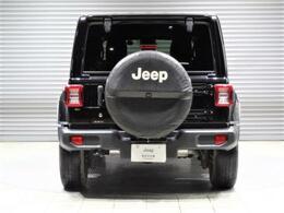 背面タイヤをうまくデザインに取り入れたラングラー。JKモデルに比べタイヤの位置を下げて、後方視認性の向上を図っています。