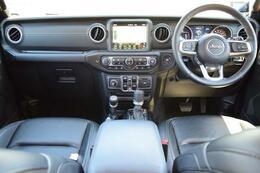 ビルトインのナビゲーションに変わり、大きく進化したJLモデルの運転席。