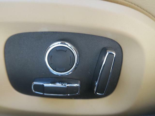 電動パワーシートですので運転中のシート調節も安全に行えます。微調整も可能ですのであなただけのドライビングポジションを実現します。