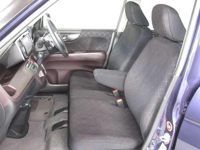 フロントシートはベンチシートです、運転席と助手席の移動が簡単です。真ん中にはアームレストも装備されています!