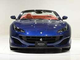 外装色はブルー・ツールドフランス(メタリック・ブルー)に内装はRosso(レッド)の組み合わせでございます。コントラストの効いた組み合わせで、実車をぜひご覧くださいませ。