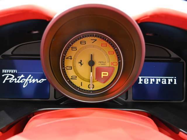 視認性に優れる大型アナログレヴカウンターは、イエローを選択しています。シフトインジケーターも内蔵しています。左の液晶画面では水温・油温のほかタイヤ空気圧など車両情報を表示いたします。