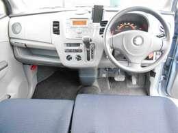 こちらインパネ全体の写真です。口調調整やオーディオの操作も簡単ワンタッチで操作できます。また軽自動車ではありますが前席も広々とした空間ですので、気に入って頂ける作りになっております。