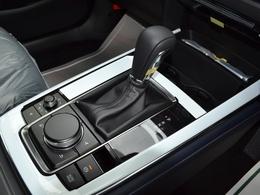 オートホールド機能を装備。停車時にブレーキペダルから足を離しても停車状態を維持できる機能です。アクセルペダルをを操作するとブレーキは自動的に解除されます。