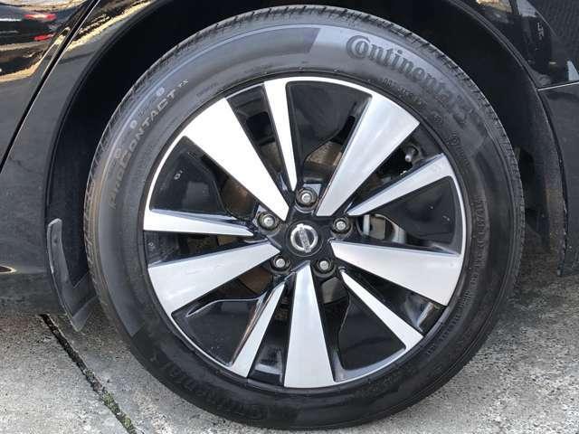純正の17インチアルミホイールになります。タイヤの溝もまだまだ御座います。