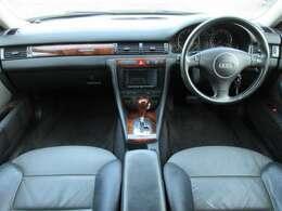 シートはツートンのレザーシートになっております♪内装はブラック×グレーで落ち着いた雰囲気の車内になっております♪パネル類にも目立つキズや汚れ等も無くとてもキレイな状態です♪