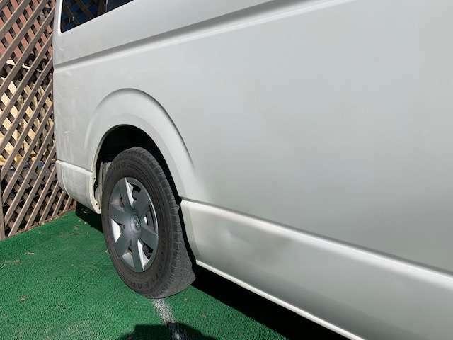右タイヤ前に凹みがあります。外装小傷等あります。
