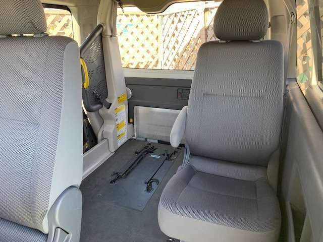 車椅子車両。凹み小傷はありますが、内装も比較的奇麗な1台です。プラス8万円で新品バン用ロングライフのオールシーズンタイヤに変更可能です。