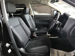 運転席。内装もキレイです。