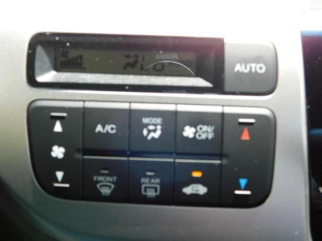エアコンパネルの画像です。オートエアコンで操作が簡単です。